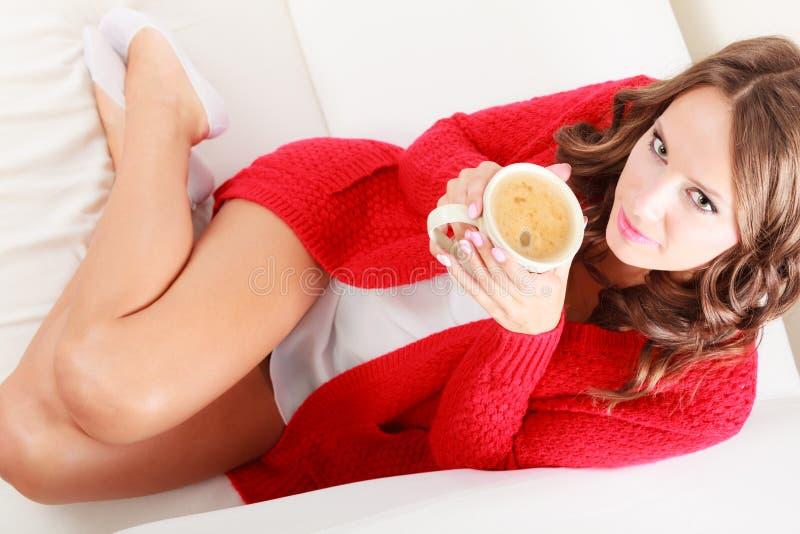 Dziewczyna puloweru chwytów czerwony kubek z kawą obrazy stock