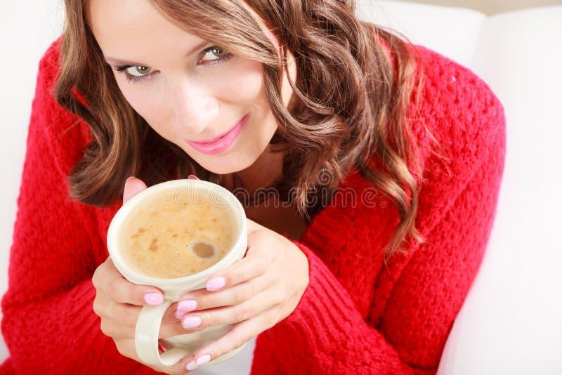 Dziewczyna puloweru chwytów czerwony kubek z kawą obrazy royalty free