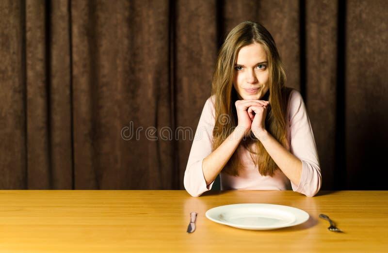 dziewczyna pusty talerz zdjęcie stock