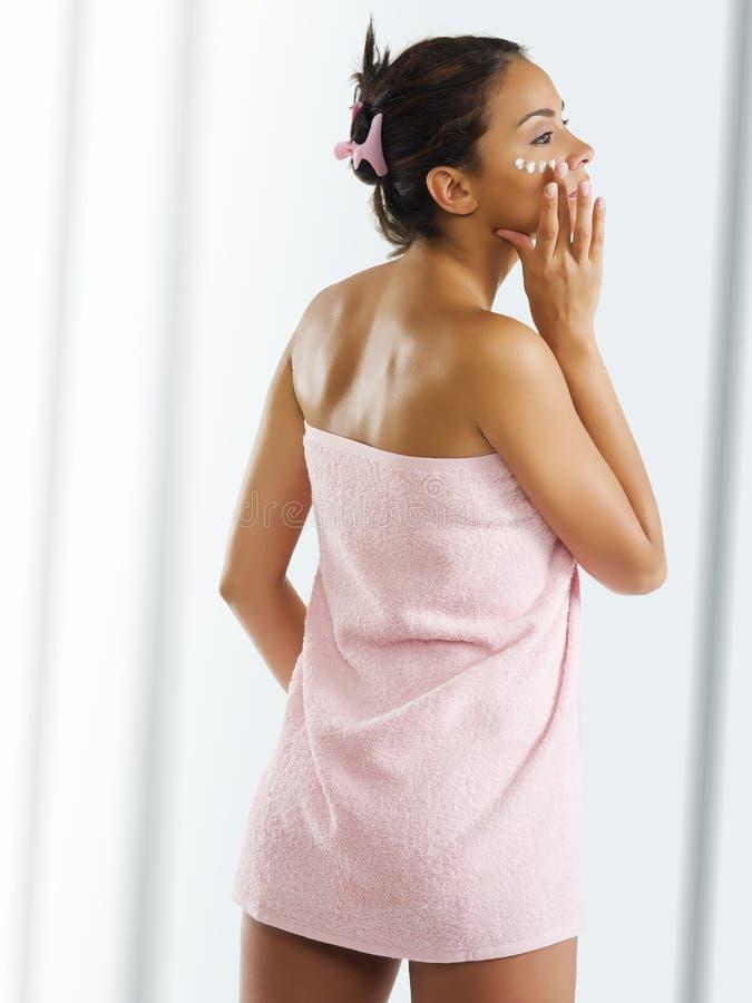 dziewczyna różowy ręcznik obraz royalty free