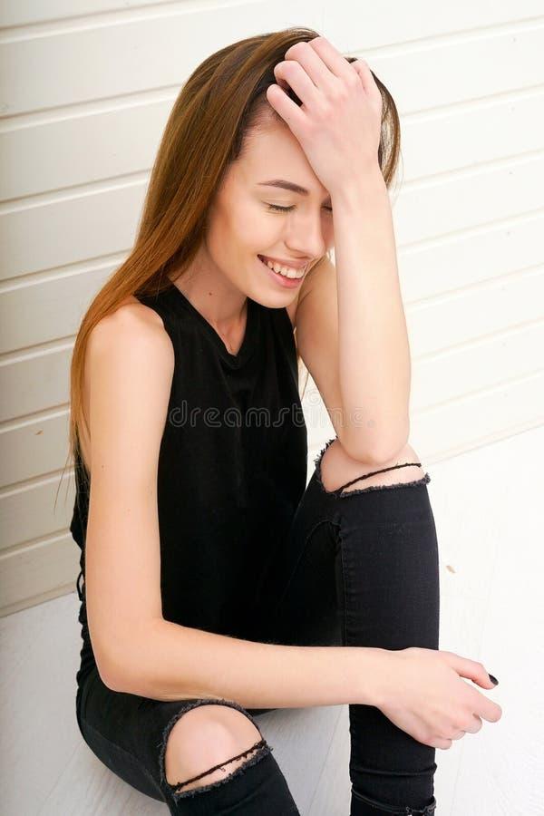 Dziewczyna reklamować jakaś produktu profesjonalisty prawdziwego pięknego modela obraz stock