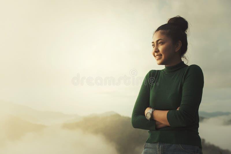 Dziewczyna relaksuje na wierzchołku góra obraz stock