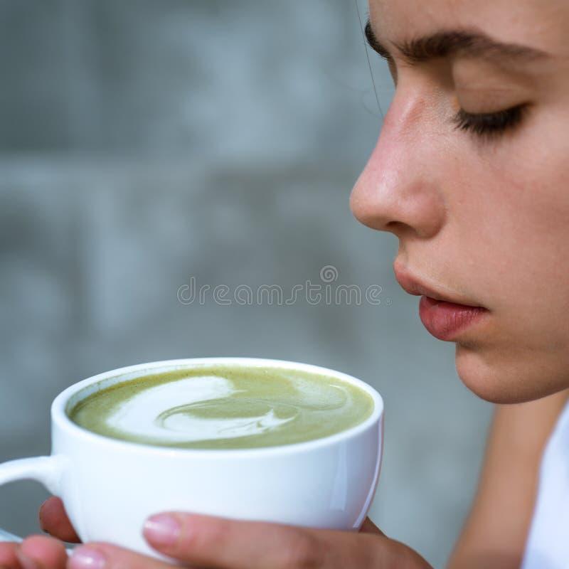 dziewczyna relaksuje w kawiarni i napoju perfect ranek z zieloną kawą matcha latte herbaciana ceremonia dziewczyna kobieta napoju zdjęcie stock