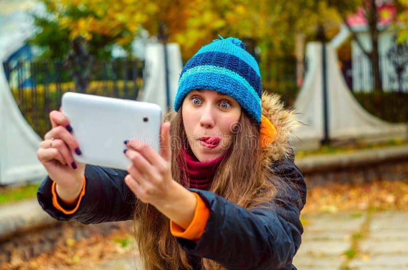 Dziewczyna robi śmiesznej selfie ulicie obrazy royalty free