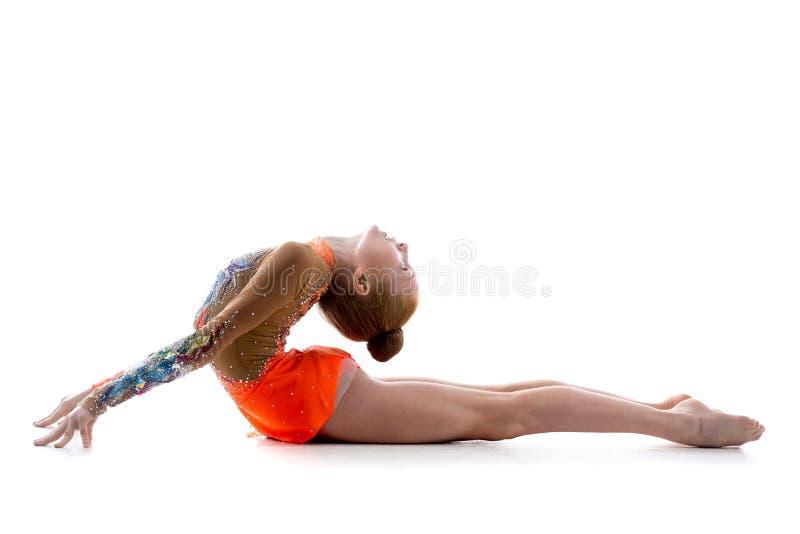 Dziewczyna robi backbend acro ćwiczeniu obraz royalty free
