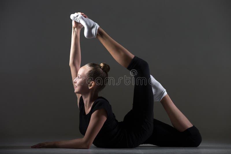 Dziewczyna robi backbend akrobatycznemu ćwiczeniu zdjęcia stock