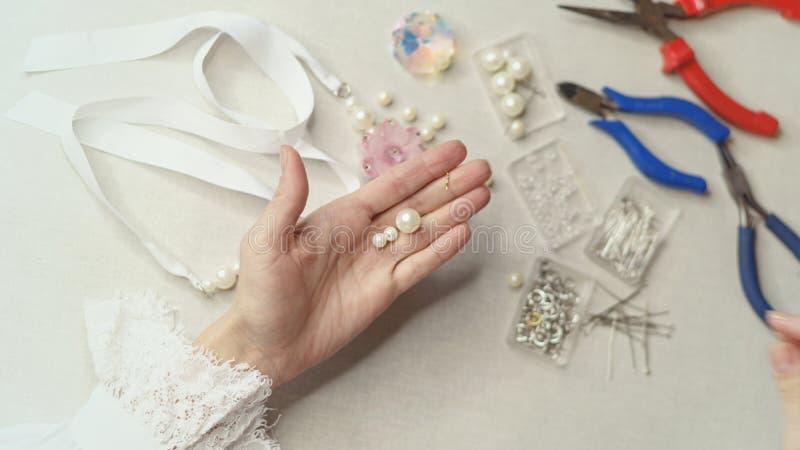 Dziewczyna robi biżuterii zdjęcia stock