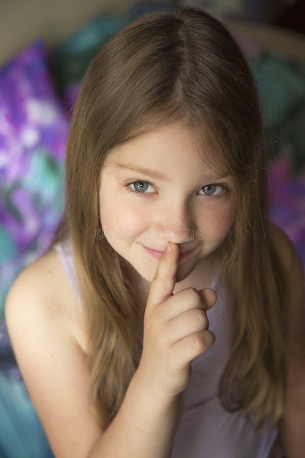 Dziewczyna robi cisza gestowi obraz royalty free