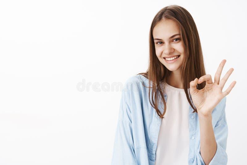 Dziewczyna robi everything doskonale Portret kobieca szczęśliwa i ufna elegancka żeńska brunetka w błękitny modnym obrazy stock