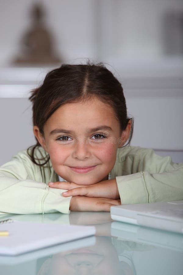 Dziewczyna robi jej pracie domowej obraz royalty free