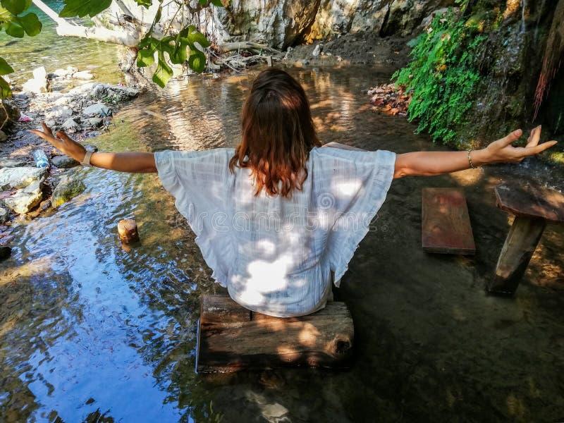 Dziewczyna robi joga w morzu obraz stock