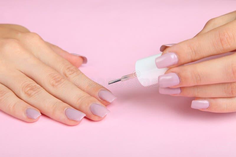 Dziewczyna robi manicure'owi zdjęcie royalty free