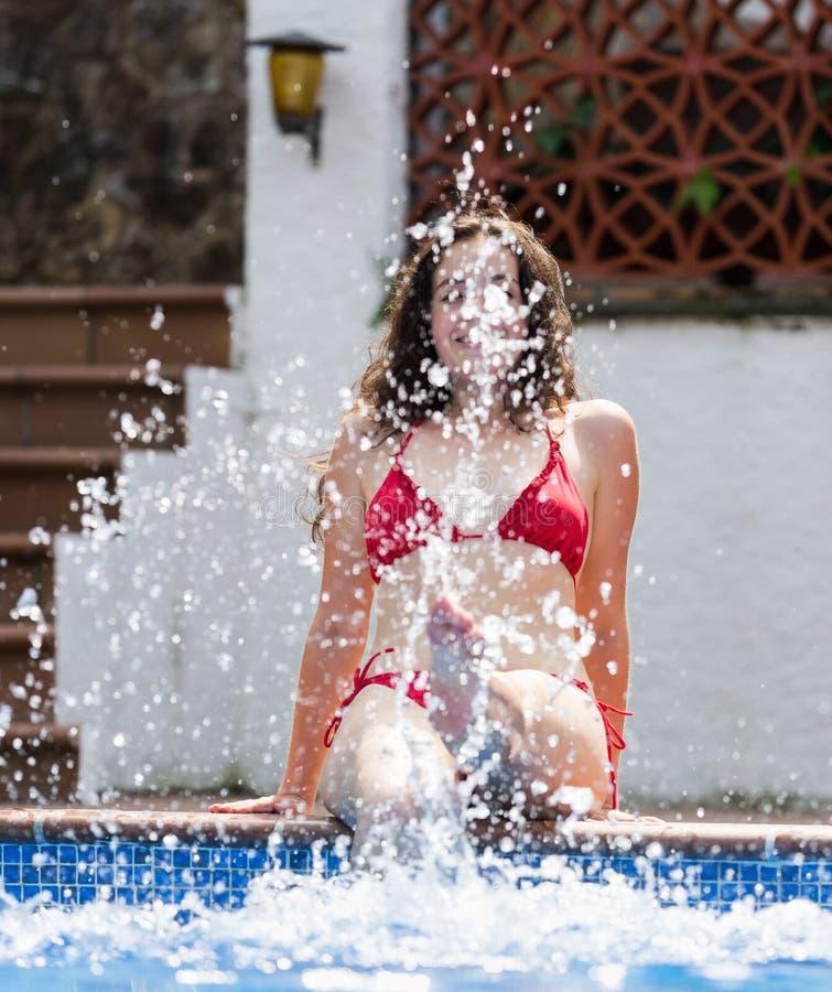 Dziewczyna robi pluśnięciu z wodą fotografia royalty free