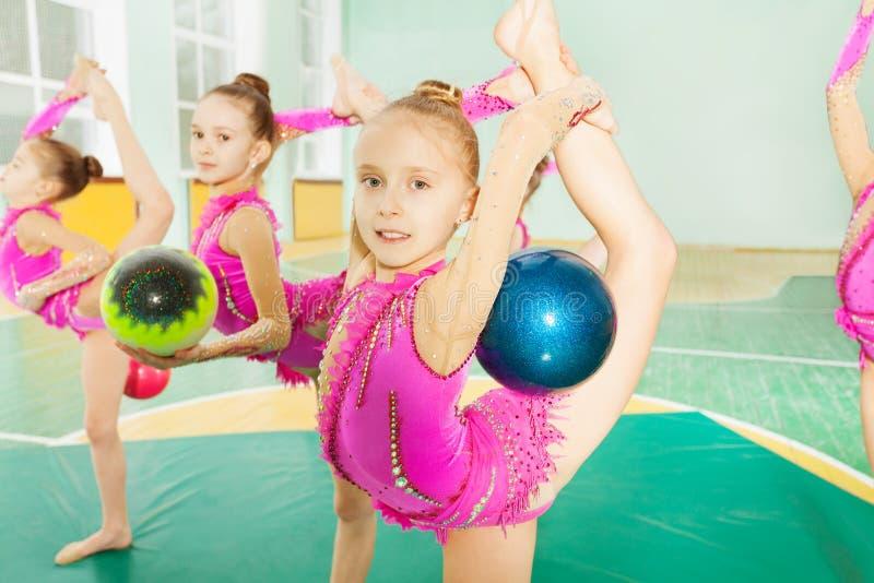 Dziewczyna robi rytmicznych gimnastyk elementom z piłką obraz royalty free