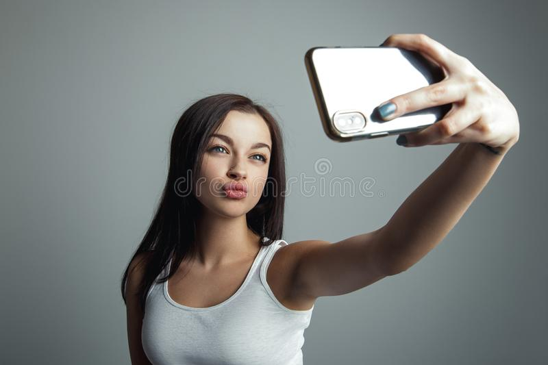 Dziewczyna robi selfie na telefonie obraz stock