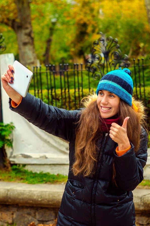 Dziewczyna robi selfie, super zdjęcia stock