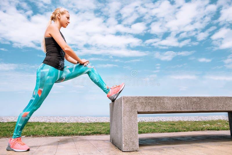 Dziewczyna robi strching ćwiczenia defor jogging na dennym embankm fotografia royalty free