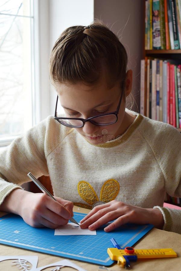 Dziewczyna robi tunnelbook 3D kartki z pozdrowieniami wiosna Grafika narzędzia dla papieru ciącego i wyposażenie - nóż, ostrze pu zdjęcia stock