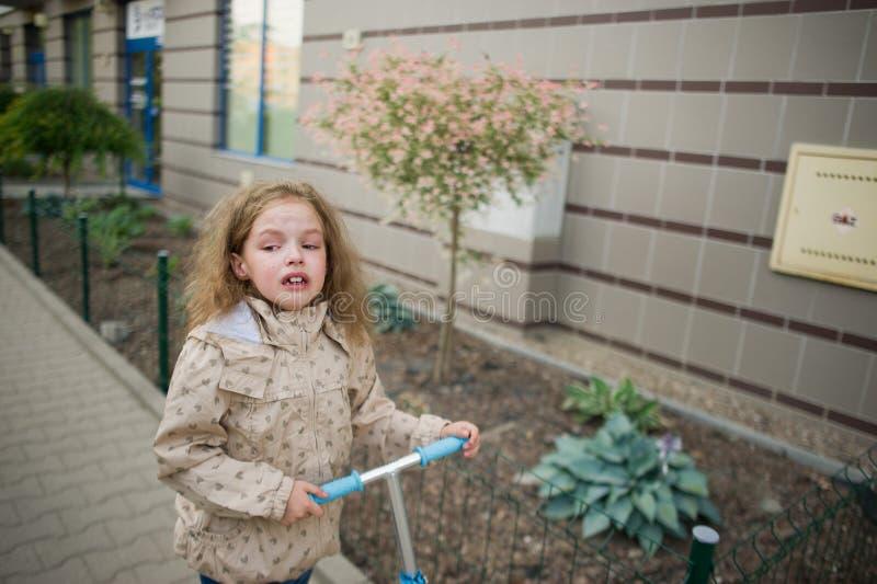 Dziewczyna 7-8 rok iść na chodniczku i gorzki płacze zdjęcie royalty free