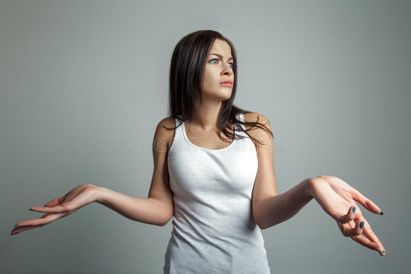 Dziewczyna rozprzestrzenia jej ręki strony zdjęcie royalty free