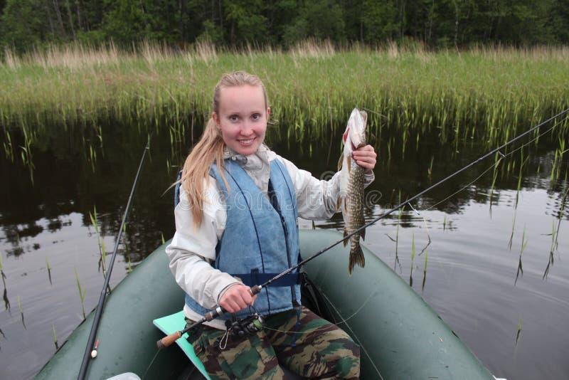 Dziewczyna rybak łapał szczupaka fotografia royalty free