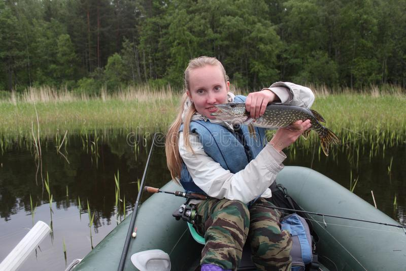 Dziewczyna rybak łapał szczupaka obrazy royalty free