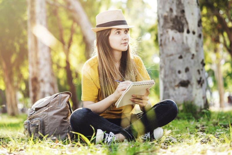 Dziewczyna rysunek w parku zdjęcie stock