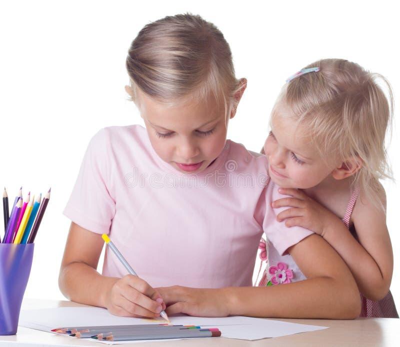 Dziewczyna rysunek z barwionymi ołówkami fotografia stock