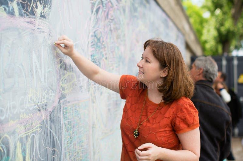 Dziewczyna rysunek z kredą obraz stock