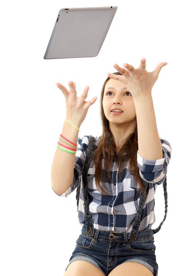 Dziewczyna rzuca w lotniczym pastylka pececie.  Nastoletni gi zdjęcia stock