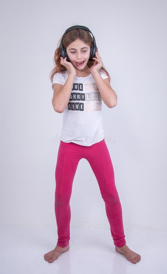 Dziewczyna słucha muzykę na hełmofonie zdjęcia royalty free