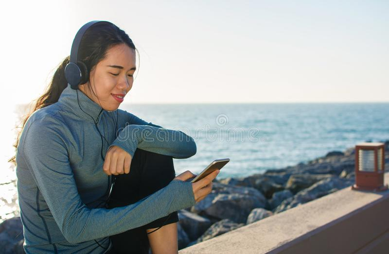 Dziewczyna słucha muzyka nadmorski i cieszy się słonecznego dzień obraz royalty free