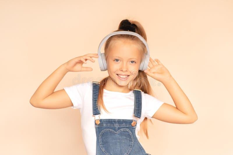 Dziewczyna słucha piosenki w słuchawkach Ciesz się ideą muzyki fotografia stock