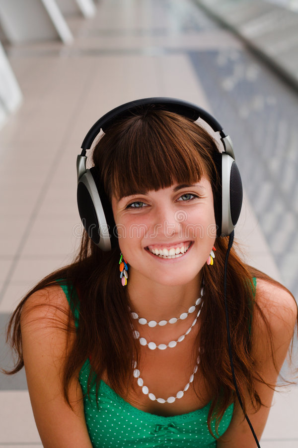 dziewczyna słuchawki uśmiecha się młodo zdjęcie stock