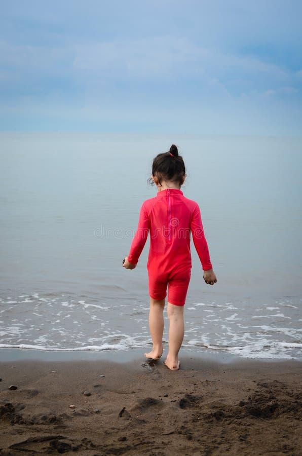 Dziewczyna Samotnie przy plażą obraz royalty free