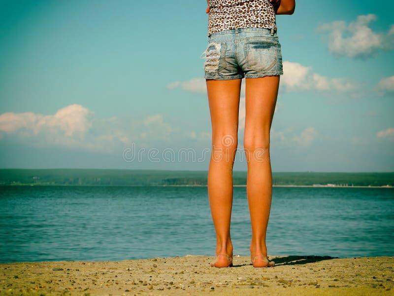 Dziewczyna Samotnie przy plażą zdjęcie royalty free