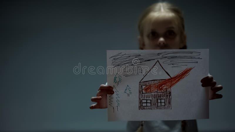 Dziewczyna seansu dom na po?arniczym obrazku w kamer?, napad i przemoc w rodzinie, fotografia royalty free