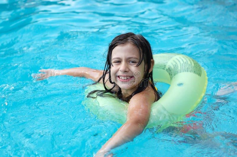 dziewczyna się młody pool zdjęcie stock