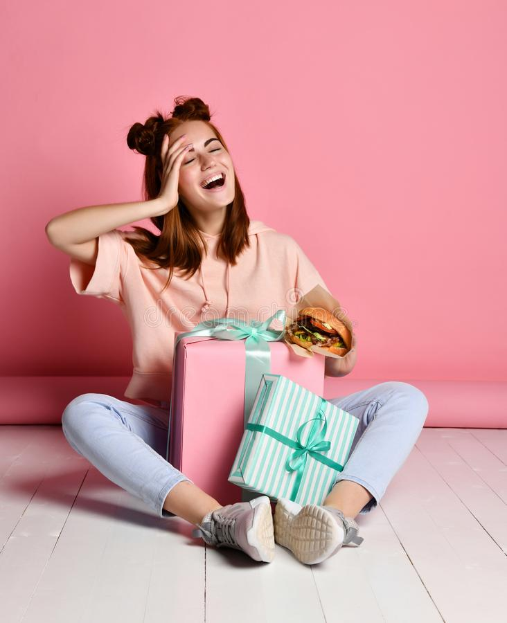 Dziewczyna siedzący podłogowi urodzinowi prezenty fotografia stock
