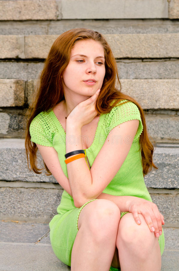 Dziewczyna siedzi na doku zdjęcie stock