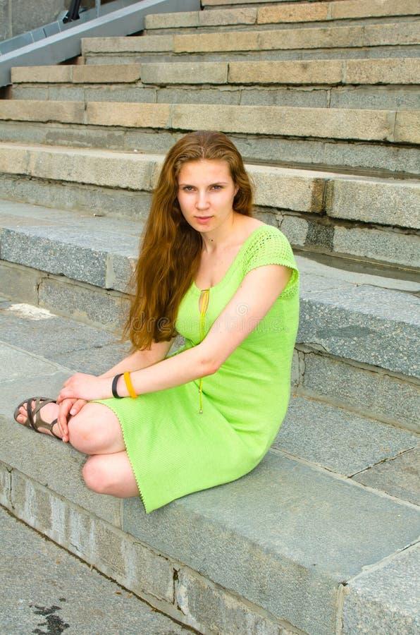 Dziewczyna siedzi na doku zdjęcie royalty free