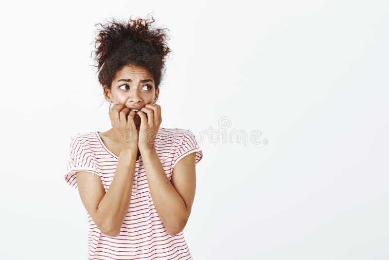 Dziewczyna siedzi samotnie okaleczających przesłuchanie dźwięki Portret przestraszona bojaźliwa i niepewna kobieta z kędzierzawym zdjęcie stock
