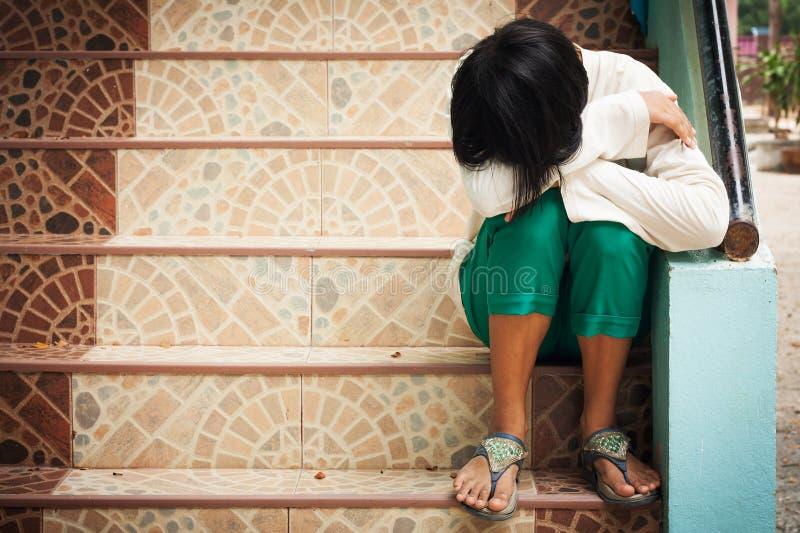 Dziewczyna siedzi samotnie przy schody obraz royalty free