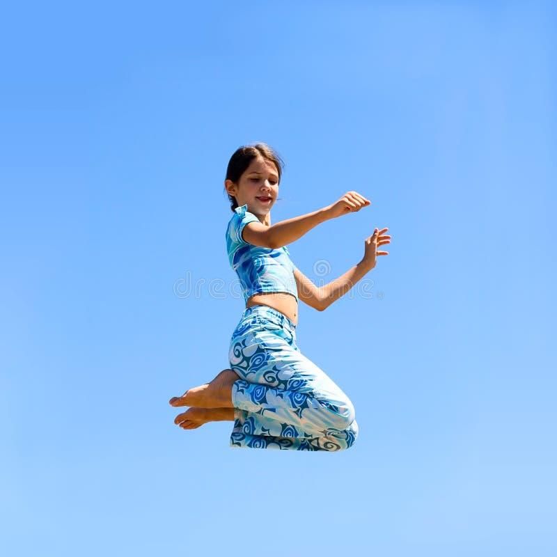 dziewczyna skacze nastoletniego zdjęcia stock