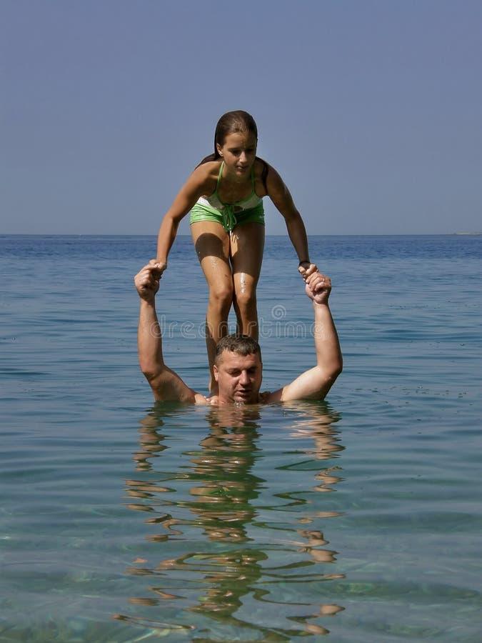 Download Dziewczyna Skacze Przygotowywającego Morze Obraz Stock - Obraz złożonej z greenbacks, ojciec: 13327919