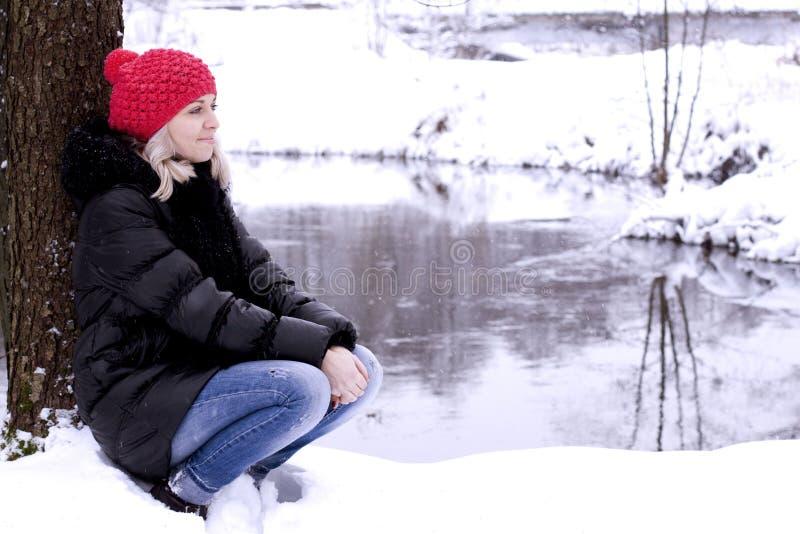 Dziewczyna spacer w drewnach zdjęcia royalty free
