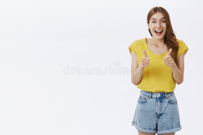 Dziewczyna sto procentów pewny ono zgadza się z wspaniałym pomysłem Portret zadowolone rozochocone i budzący emocje śliczne doros zdjęcie royalty free
