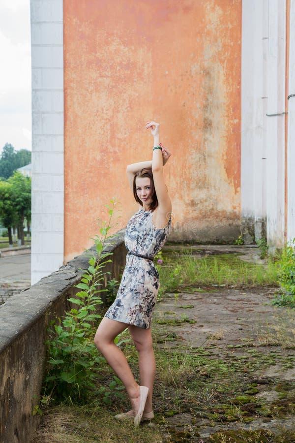 Dziewczyna stoi na balkonie stary budynek zdjęcia stock