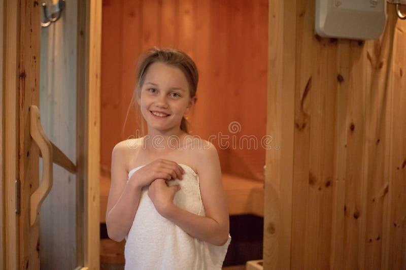 Dziewczyna stoi ono uśmiecha się przed wejściem Fiński sa zdjęcia royalty free