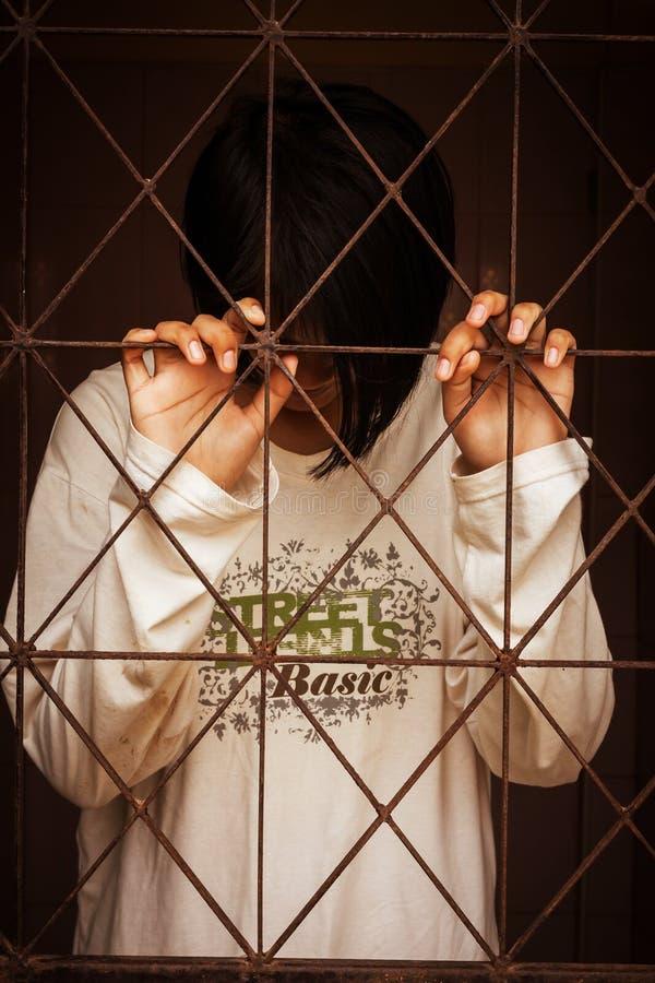 Dziewczyna stoi samotnie za więzieniem zdjęcie royalty free